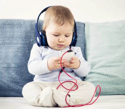 малыш с телефоном