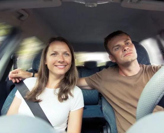 Муж и жена в машине