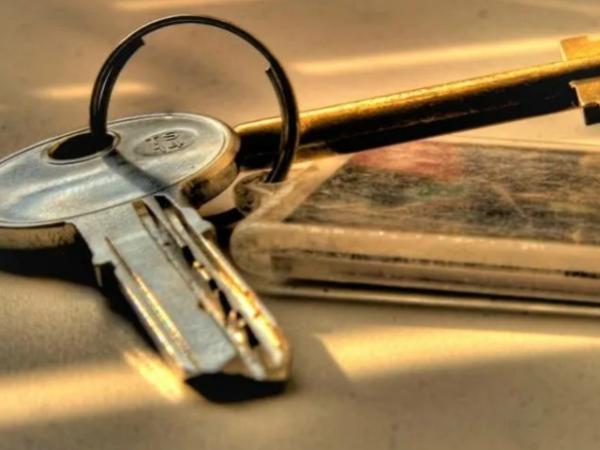 Жена оставила подруге ключи от нашей квартиры